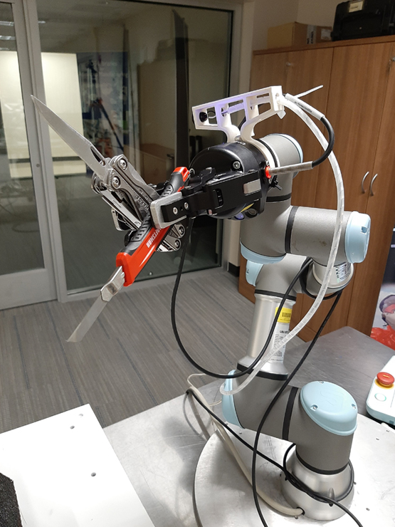 cobot system holding 2 knives in gripper
