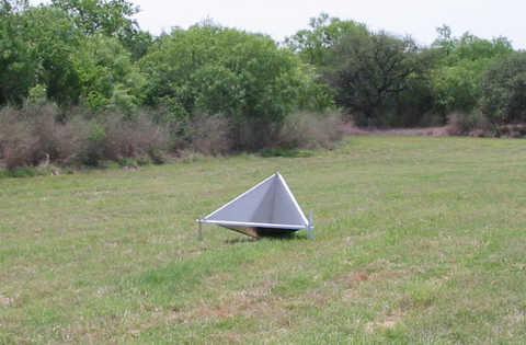 Triangular three-dimensional corner reflector in a field
